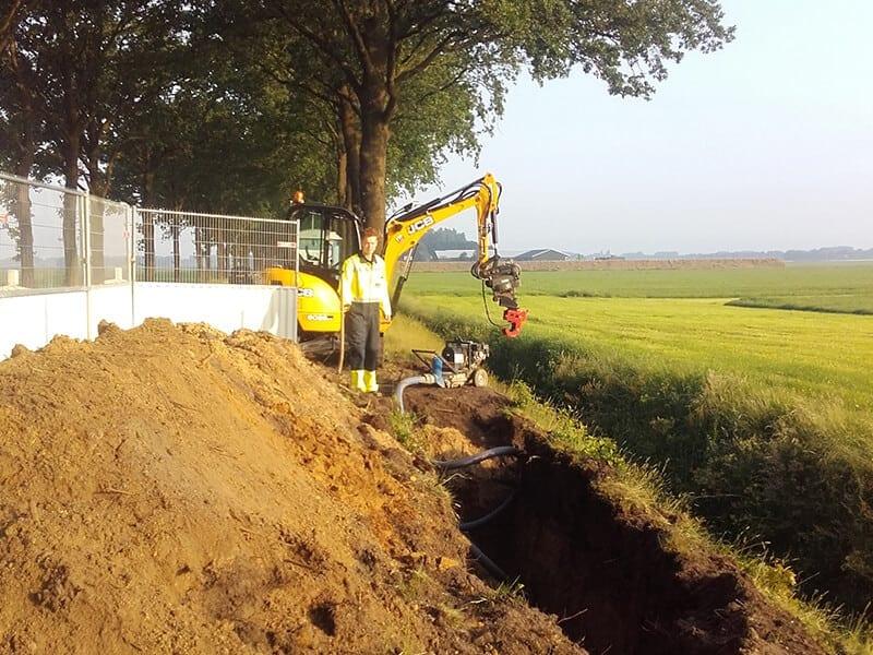 Beide kanten van de te saneren sectie (circa 300 meter) worden blootgelegd. Zo wordt ook graafoverlast voorkomen.