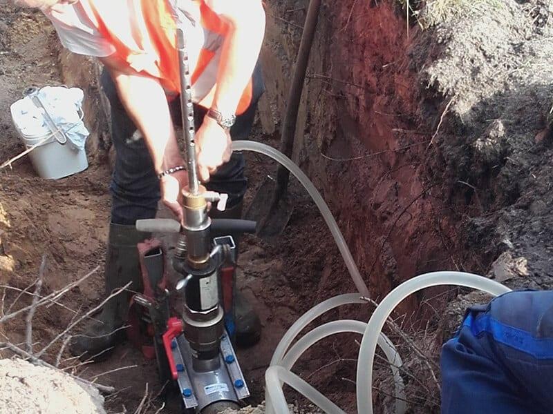 Blazen worden aan beide kanten gezet en opgepompt waardoor de tussenliggende waterleiding geïsoleerd wordt. Tegelijk behoudt de rest van de leiding waterdruk.