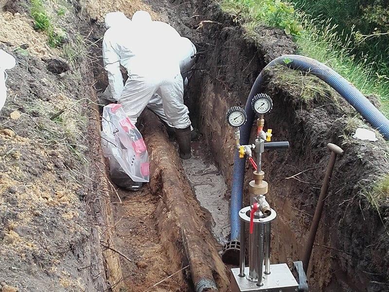 Deel van de te saneren asbestcement-leiding wordt onderbroken.